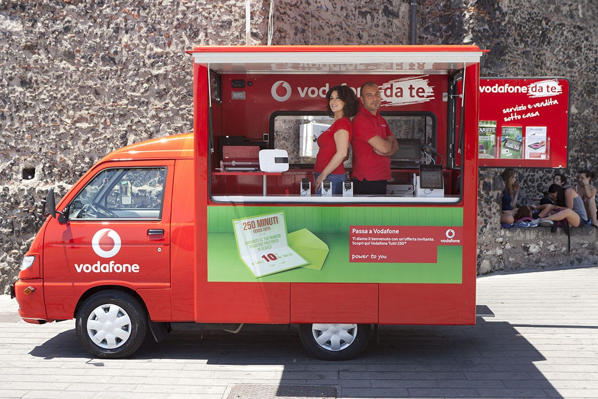 """Documentazione negozio mobile """"Vodafone da te"""" Aci Castello."""