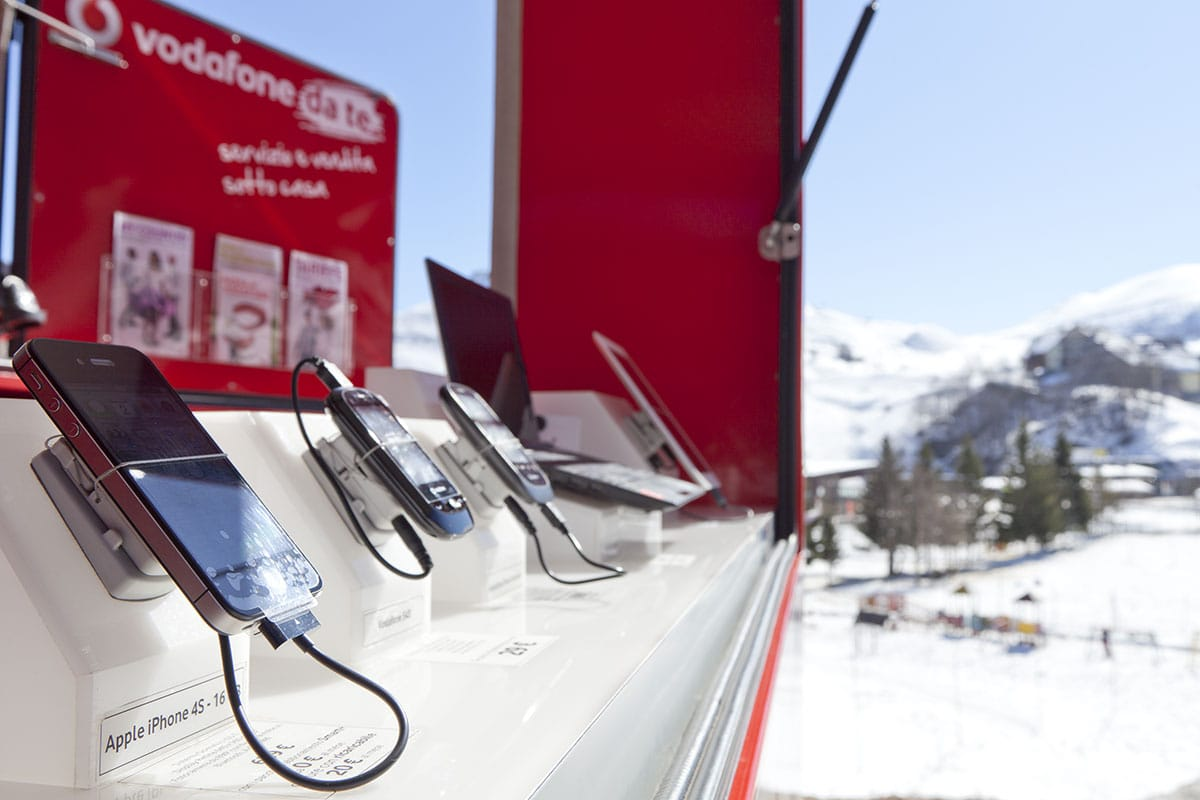 """Documentazione negozio mobile """"Vodafone da te"""" Prato Nevoso."""