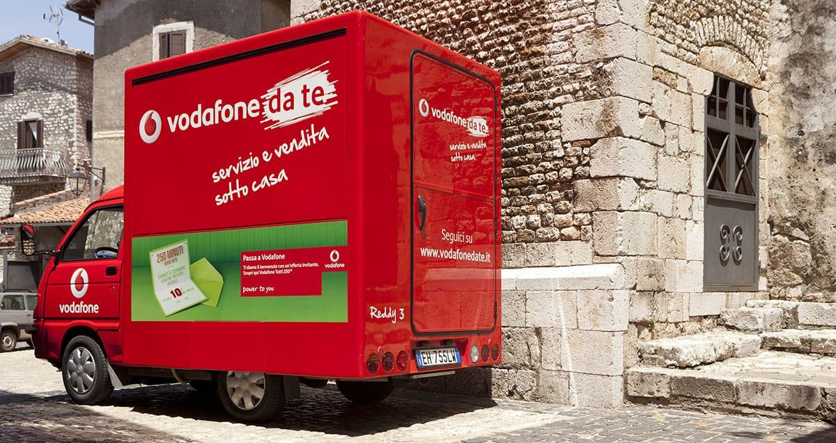 """Documentazione negozio mobile """"Vodafone da te"""" Sermoneta."""